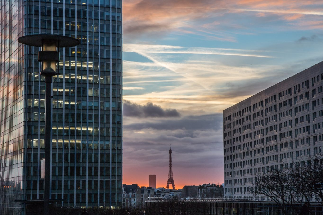 Le soleil se lève sur Paris, LA DEFENSE